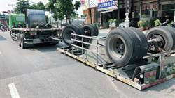 高雄聯結車20噸鋼卷掉落 砸壞路燈車體四腳朝天