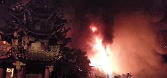 高雄岡山木料庫房火警 消防隊30部車救援
