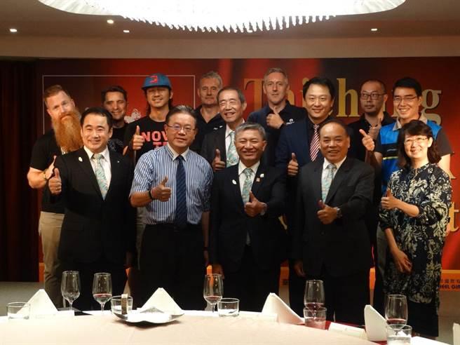 美利達董事長曾崧柱(前排左二)、台中市副市長張光瑤(前排中間)等,26日參加「2018台中自行車週」開幕迎賓晚宴。(圖/曾麗芳)
