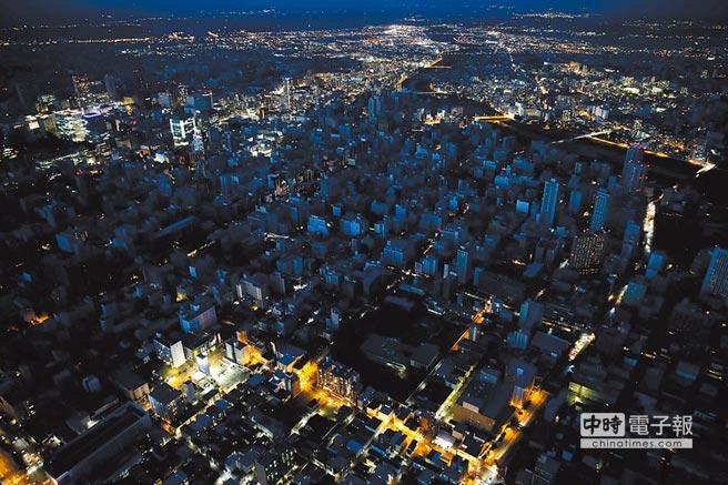 北海道地震震出再生能源在天災等緊急情況發生時可能無法供電的問題。圖為北海道地震發生後,札幌市大停電的空拍照。(路透)