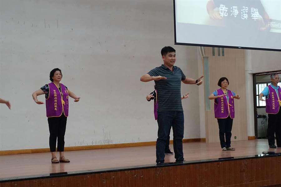 斗六市公所政風室主任李思賢把反賄選主題曲「檢舉顧未來」編成手語歌。(周麗蘭攝)