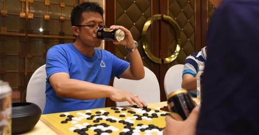 中國大陸舉辦新奇的啤酒圍棋賽,參賽者只要贏1盤棋或是喝下1瓶啤酒就能獲得積分,最終積分最高者拿到總冠軍。(摘自網路)