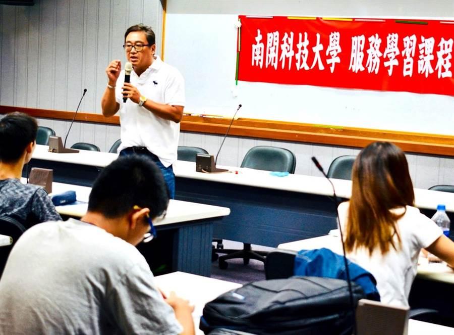 ▲南開科大生輔組長李泰和期勉學生落實發展、推動服務學習。(楊樹煌攝)