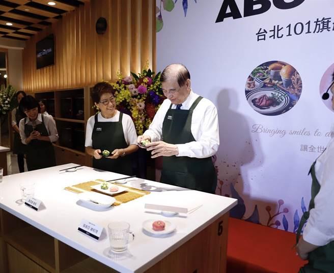 東元集團會長黃茂雄現場示範手作和菓子。(圖片提供/ABC Cooking Studio)