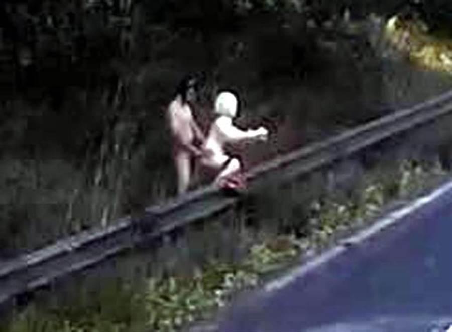 一名裸男在公路旁公然與性愛娃娃性交,嚇壞經過司機。(圖/翻攝自太陽報)
