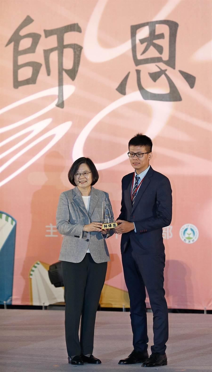 蔡英文總統(左)27日出席107年教師節表揚大會,頒發師鐸獎給台北市立木柵高工教師楊弘意(右)。(張鎧乙攝)