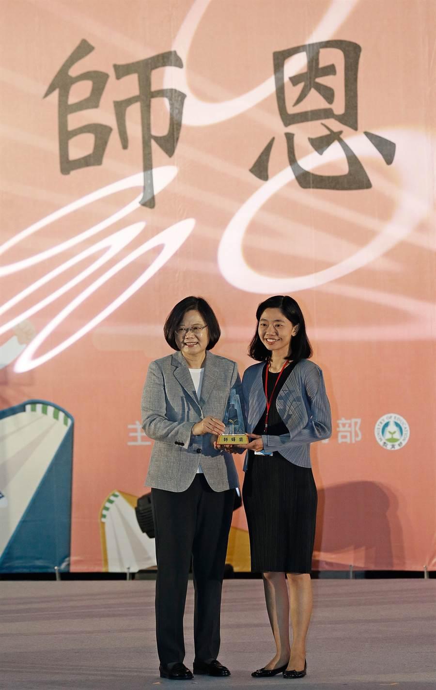 蔡英文總統(左)27日出席107年教師節表揚大會,頒發師鐸獎給印尼雅加達台灣學校教師江易蓉(右)。(張鎧乙攝)