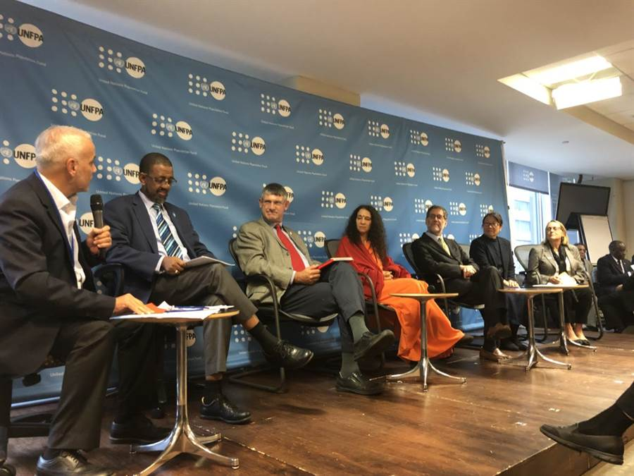 約旦哈希米慈善組織秘書長艾曼·穆夫利(左一)分享與約旦慈濟志工共同為當地貧民、難民提供援助與輔導,創造自力更生、自給自足的機會。(圖/聯合國人口基金會提供)