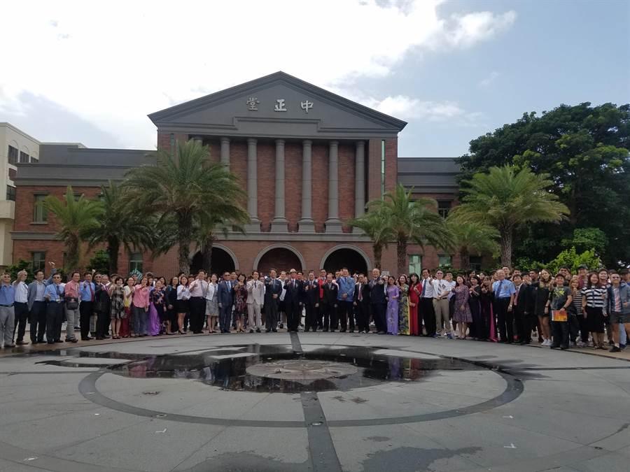 明新科技大學國際學生產學合作專班27日開學,共有來自越南、菲律賓440名學生就讀。(校方提供)