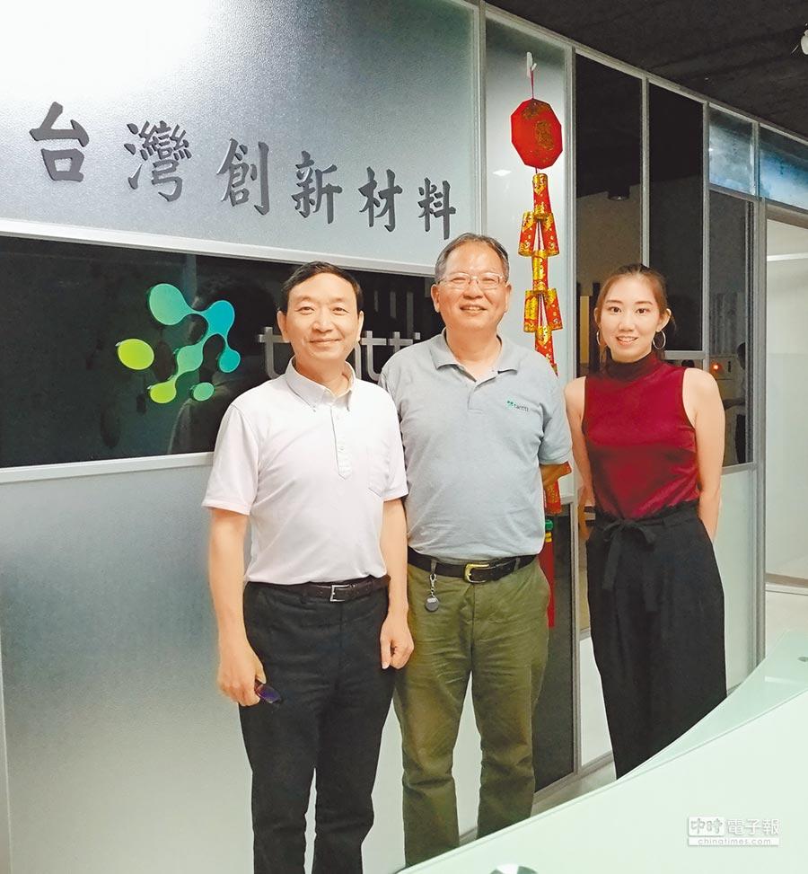 台灣創新材料董事長李志賢(中)說目前細胞療法逐漸開放,對細胞培養支架的需求與日俱增。圖/魏益權