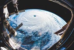 大型貨輪遭潭美強風推上橫濱港碼頭