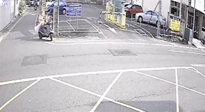 東區小東里長黃貫中調閱監視器畫面發現婦人偷旗。(黃貫中提供)