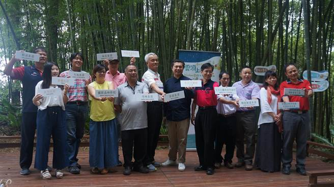 水保局南投分局長陳榮俊(右5),在阿里山茶鄉力推農旅體驗。(水保局提供)