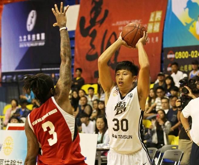 「名堂哥」吳松蔚(右)相當開心看到夢想家如今的茁壯改變。(觀護盃提供)