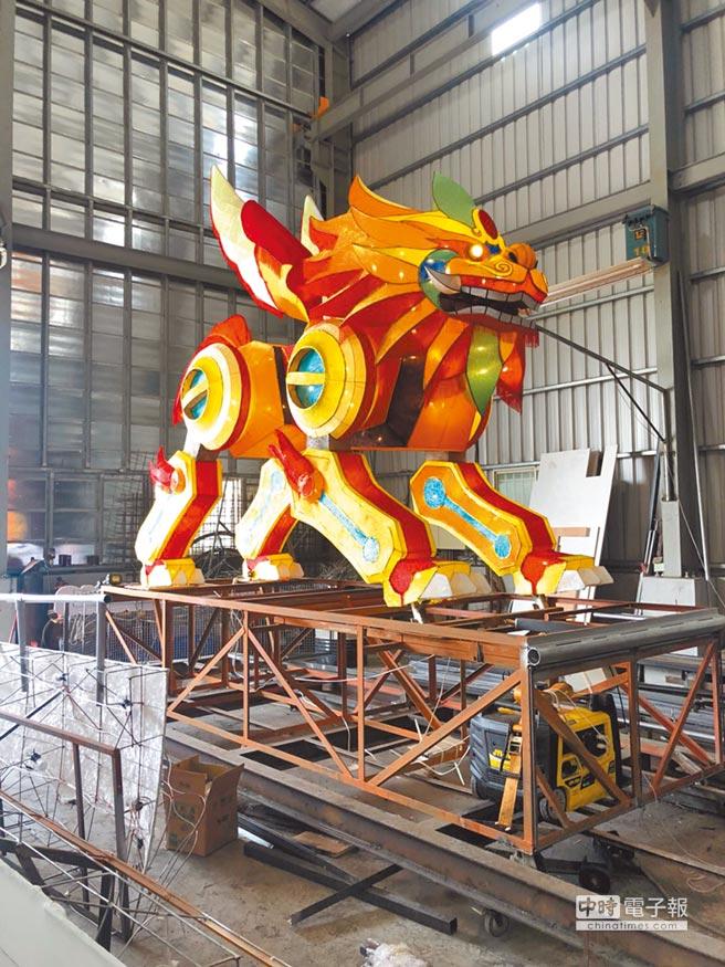 今年左營萬年季火獅設計充滿科技感,融合動漫、鋼鐵人等元素。(高市民政局提供)