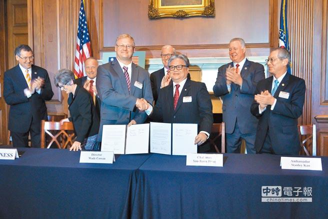 多位美國聯邦眾議員及駐美代表高碩泰(前排右1)見證下,台灣福壽實業董事長洪堯昆(前排右2)26日與美國黃豆協會簽署價值近16億美元的採購意向書。(中央社)
