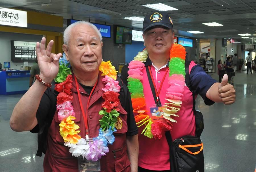 高齡89歲的胡天雲連長(左),開心再與昔日袍澤相聚英雄島。(李金生攝)