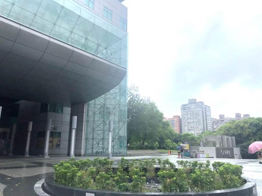 安新建經:四號公園生活機能健全內設有公立圖書館。(安新建經提供)