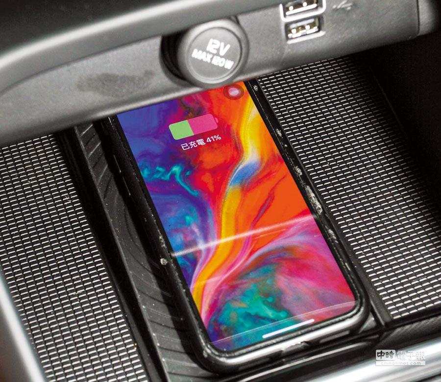 中控螢幕下方搭載Qi無線充電面板,方便智慧手機無線充電。圖/業者提供