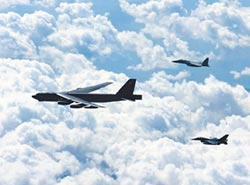 美B-52飛臨釣島 與日戰機聯訓