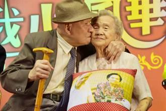 結婚逾70年「攬牢牢」老夫妻大方曬恩愛