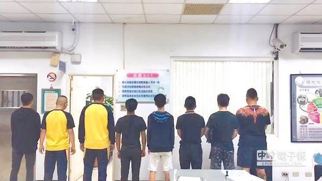 桃園市高中夜校生街頭鬥毆,8人被警方抓回派出所。(呂筱蟬翻攝)