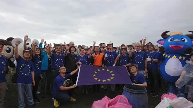 歐盟等機構駐台人員參加淨灘活動。(圖/環保署提供)