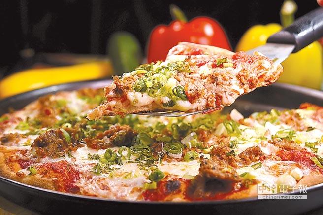 〈美國牛肉蔥花披薩〉的牛肉是美國牛腹部肉,並搭配瑪芝瑞拉起司、蒜片、番茄泥和蔥花一起盤烤。圖/姚舜