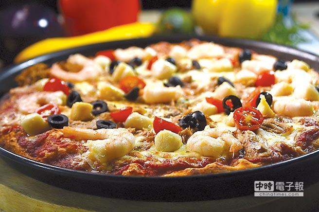 〈PINO〉的〈海鮮總匯披薩〉,餡料有蝦仁、小干貝、鮪魚和黑橄欖。圖/姚舜
