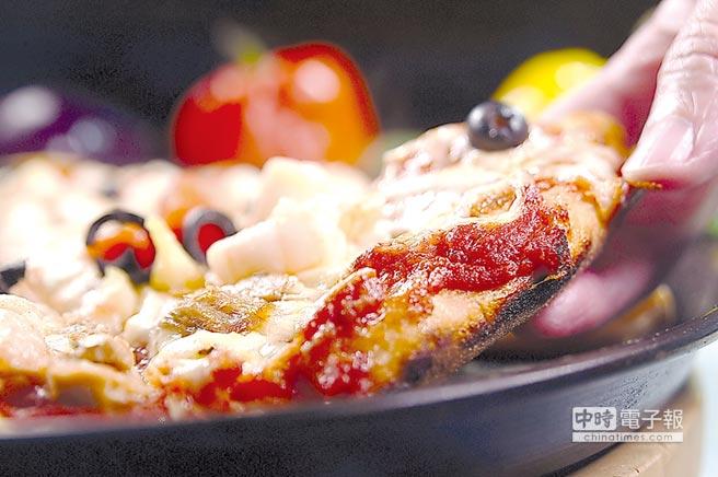 〈PINO〉的米蘭式披薩是用烤盤烤製,底皮很厚且帶有焦香和酥脆口感。圖/姚舜