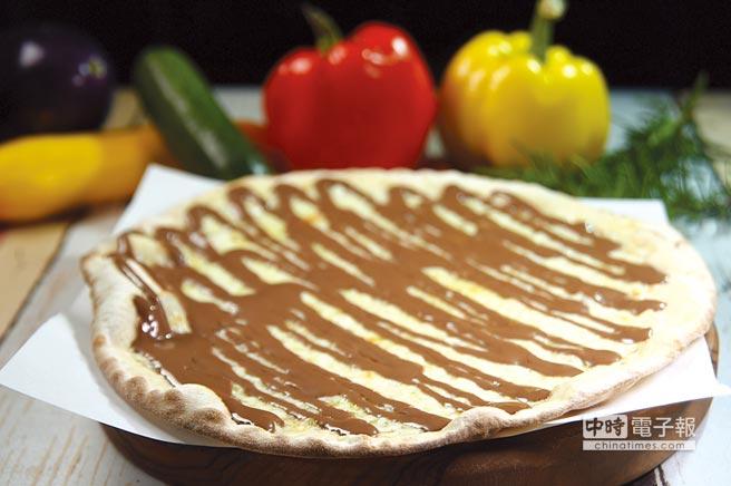 〈PINO〉的羅馬披薩口味有鹹也有甜,圖為〈巧克力乳酪披薩〉。圖/姚舜