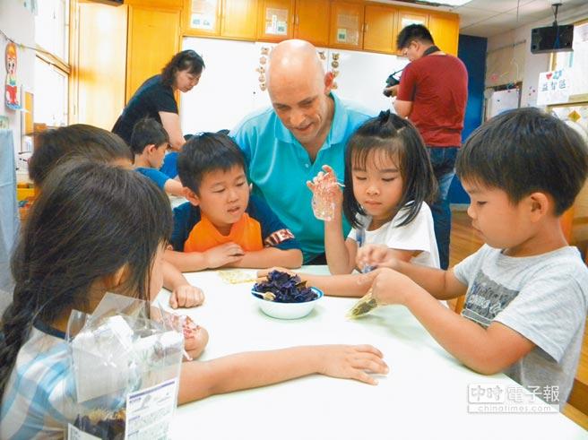 教育部擬推動第二官方語言,研擬幼兒園開放英語教學,圖為學甲國小兩位外籍教師與行動英語村到慈母幼稚園交流。(本報資料照片)