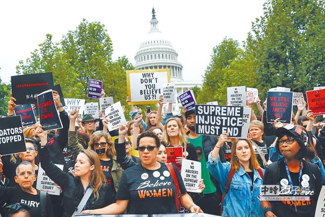 反對美國最高法院大法官提名人卡瓦諾的群眾,27日聚集在國會山莊外示威(美聯社)