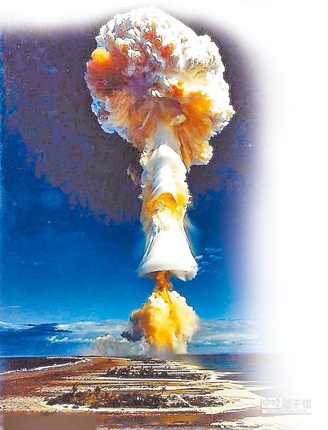 中美問題的核心是軍事關係,面對美國層出不窮、日益加溫的壓力,北京可以正面面對華府的談判壓力,透過談判確保自己全球第3號核武國家地位,並且善盡核武國家的義務與責任,為中國創造穩定發展的外部環境;圖為投下原子彈後升起的蕈狀雲。(取自環球網)