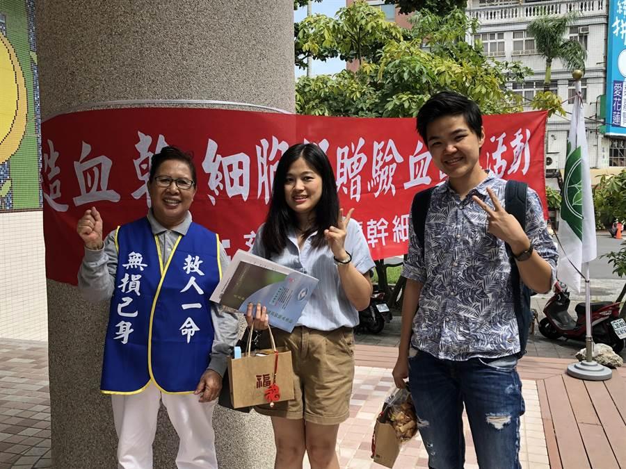 來自台北的高佳妍(中)在東大門夜市看到宣傳活動,想起已故的母親經常宣導「骨髓捐贈」,知道很多生命因無法獲得「骨髓幹細胞移植」而消逝,因此與朋友一起響應建檔。(圖/慈濟基金會提供)