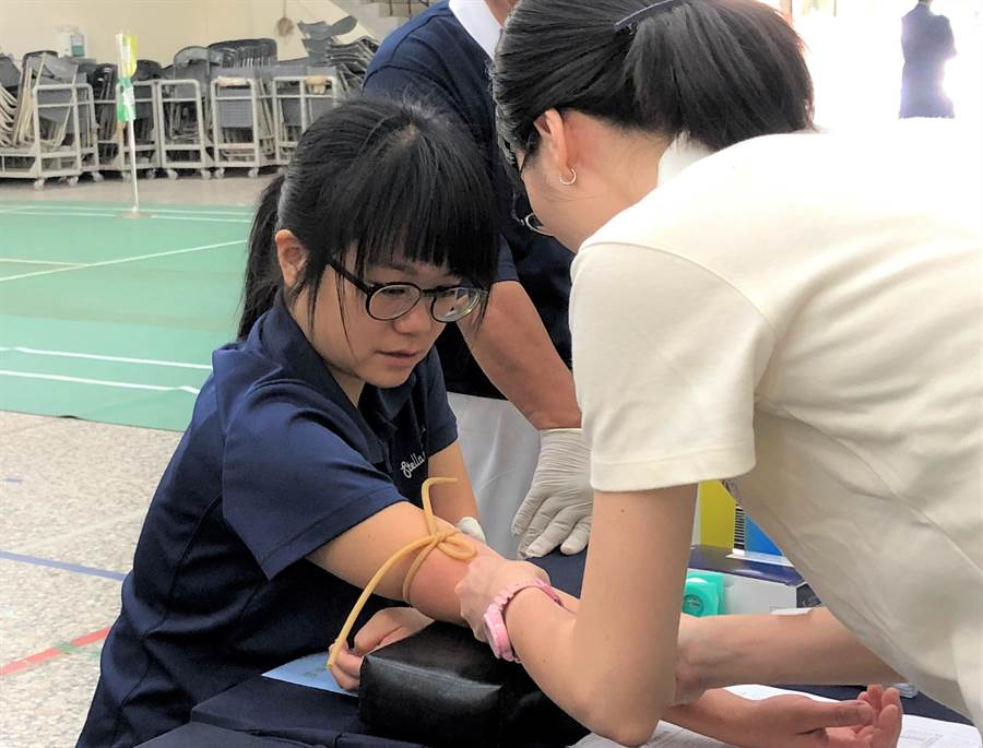 海星高中老師孔佑允在校友、也是受髓者朱頤的社群網站看到宣導影片,而得知驗血建檔的消息。(圖/慈濟基金會提供)