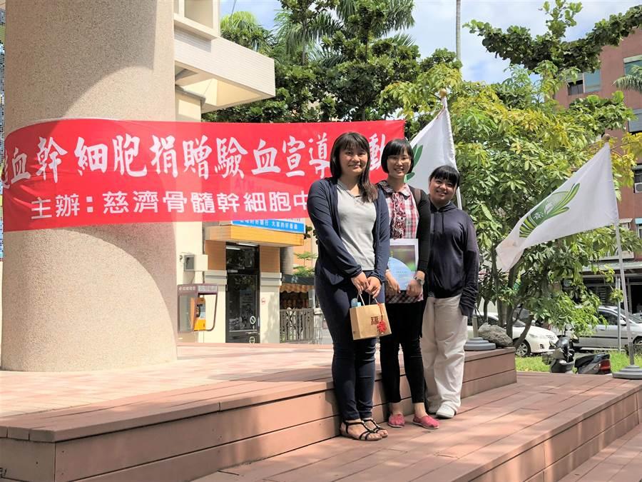 慈濟基金會社工周郁苹(左)由兩位已建檔的同事陪同而來。她表示自己已踏出第一步,如果能配對到,一定要圓滿另一個人的生命。(圖/慈濟基金會提供)