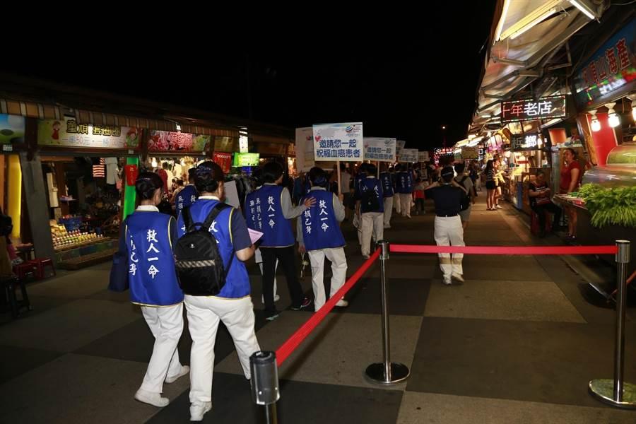 28日晚上,慈濟志工與慈濟骨髓幹細胞中心員工前往熱鬧的花蓮東大門夜市進行宣傳。(圖/慈濟基金會提供)