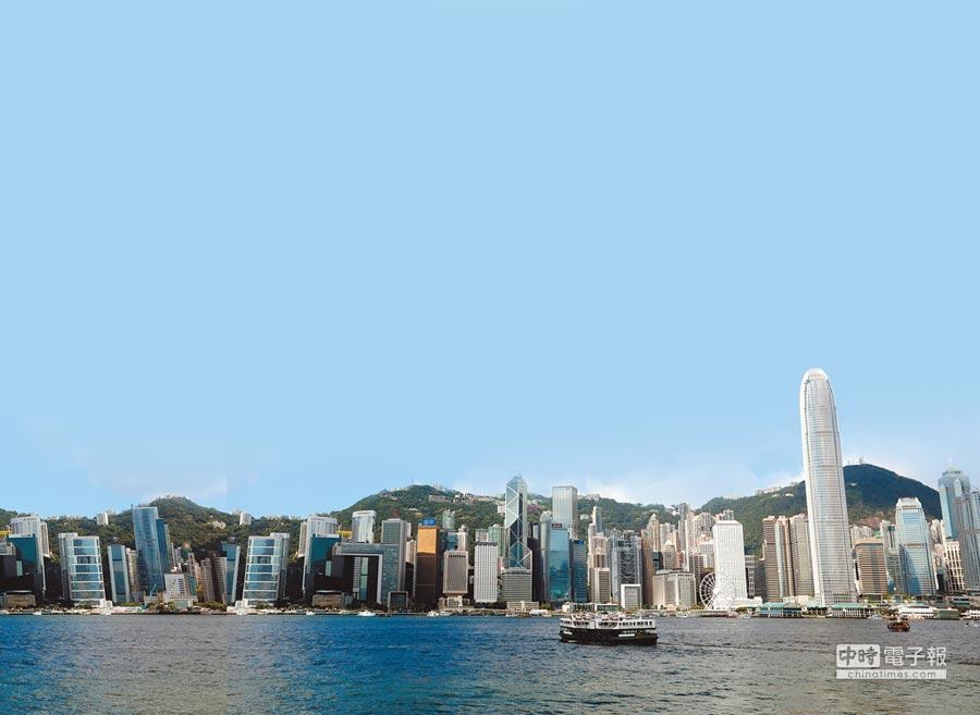 香港恐面臨最嚴重樓市泡沫風險。圖為從維多利亞灣拍攝的香港中環金融中心的高樓大廈。(新華社)