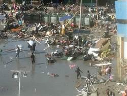 影》印尼海嘯捲起車、房撞擊陸地!恐奪數千人命