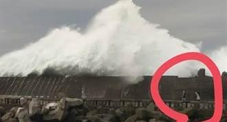 玩命?颱風天觀浪 3人遭浪擊摔傷