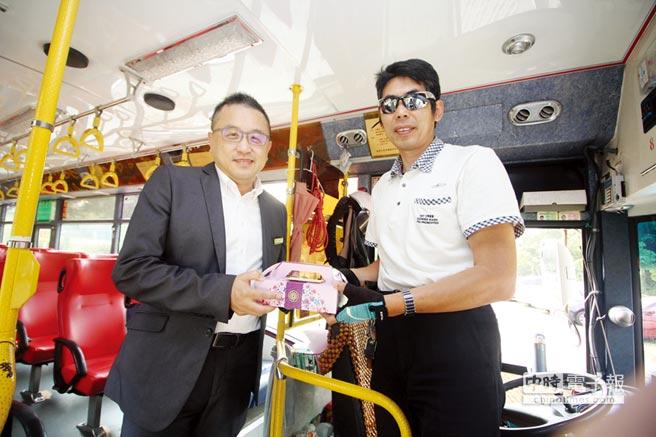 育達科大黃榮鵬校長致贈月餅禮盒予苗栗客運公車司機吳國欽先生。    圖/育達科大提供
