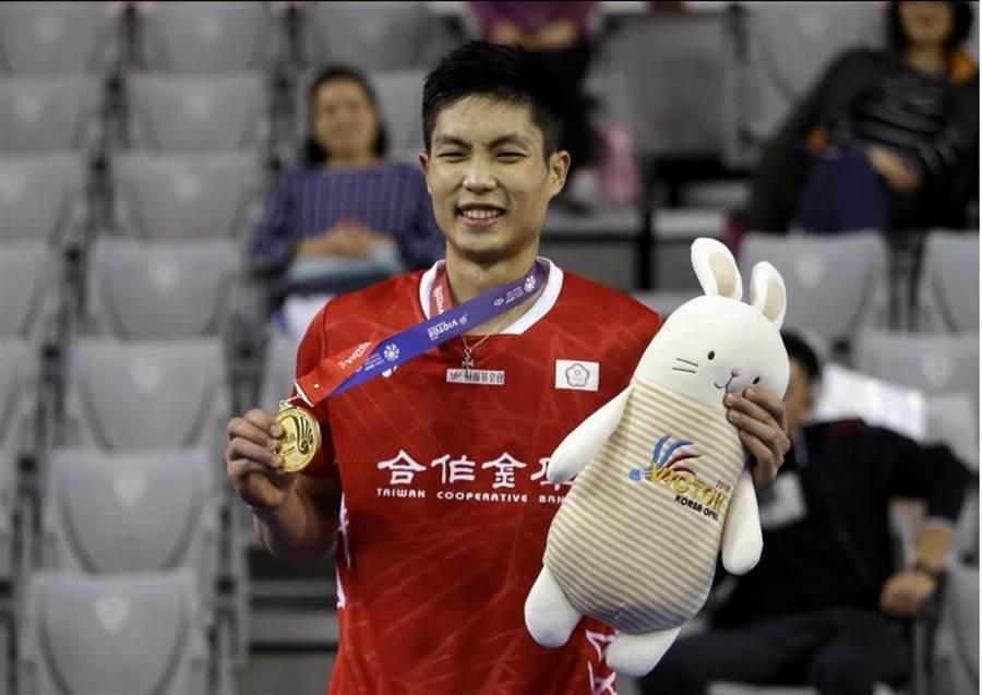 周天成生涯首度在韓國公開賽拿下男單冠軍,頒獎時笑得開心。(美聯社)