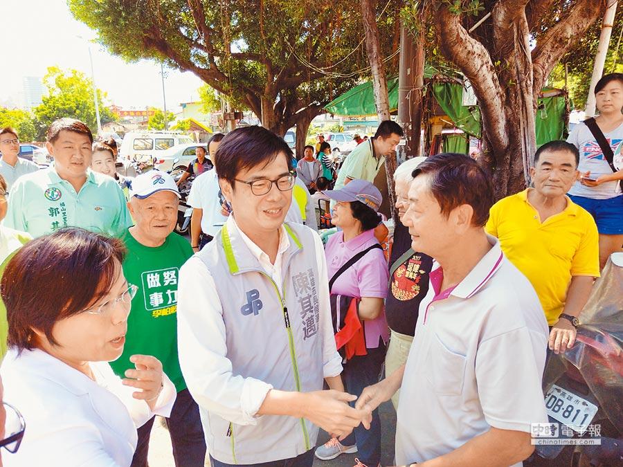 民進黨高市長參選人陳其邁(前左)拜票,呼籲支持者集中選票相挺。   (李義攝)