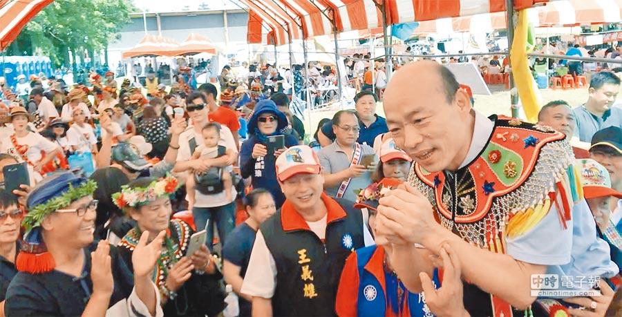 國民黨高市長參選人韓國瑜(右)29日出席豐年祭活動,引發「暴動式」歡迎。(柯宗緯攝)