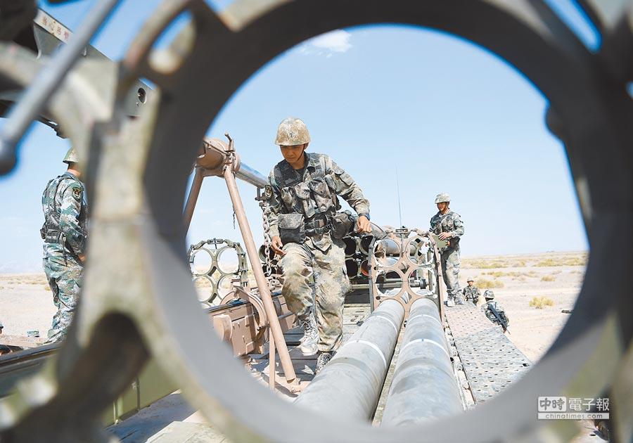 西北某地駐訓的解放軍炮兵旅長程多管火箭炮營,進行實彈射擊演練。(中新社)