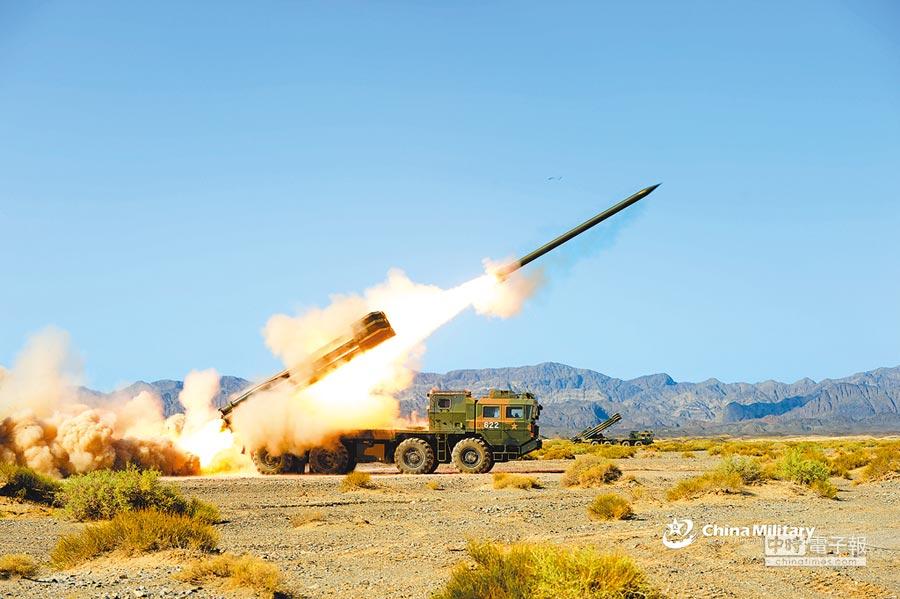 解放軍實施PHL-03長程火箭炮精確打擊演練。(取自中國軍網英文版)