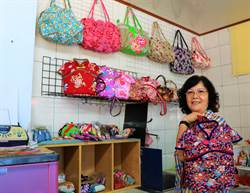 佳冬手工客家拼布達人李金嬌 巧手製出中國服包摺花包