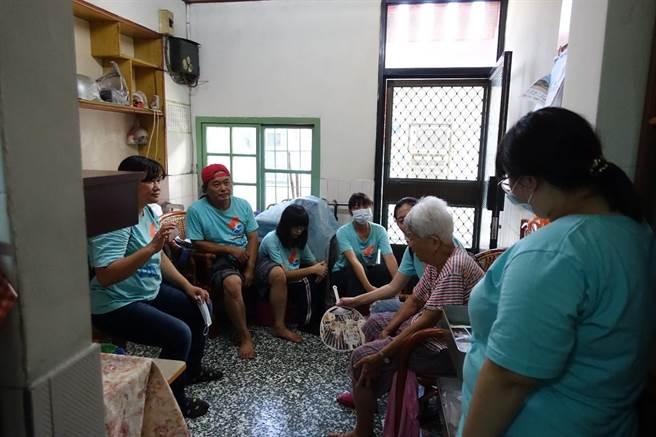 老吾老志工隊成員至屏東社區訪視獨居長者。(教育部新聞組提供)