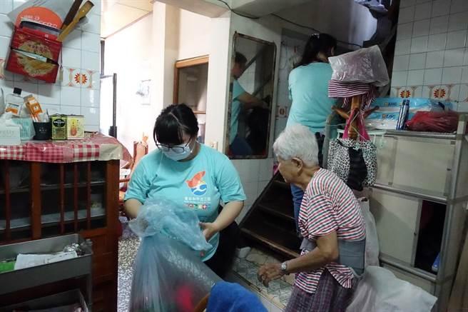 老吾老志工隊團隊成員協助老人家打掃家中環境。(教育部新聞組提供)